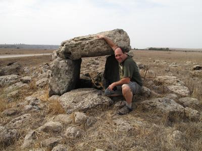 Galileia - Peter em um Dolmen